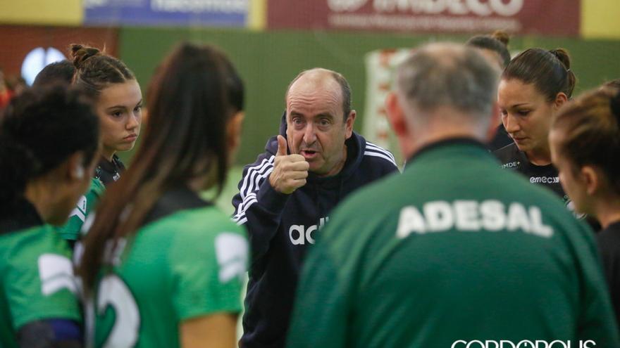 Rafa Moreno instruye a sus jugadoras en un partido | ÁLEX GALLEGOS