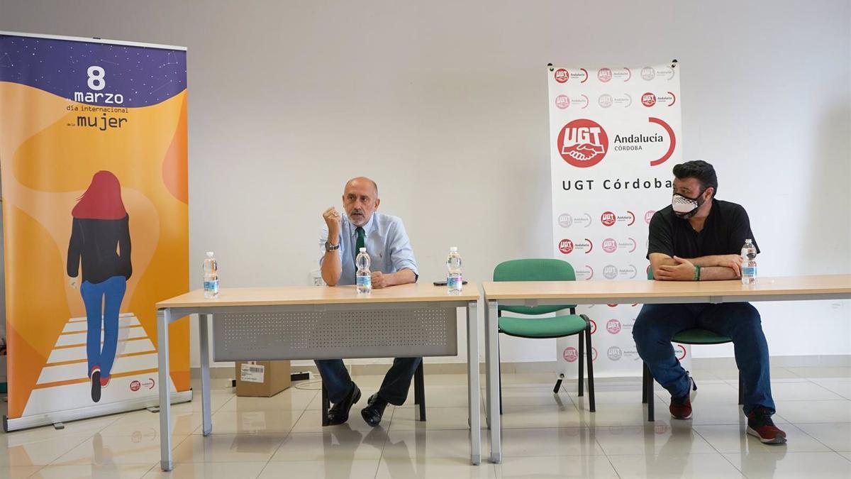 Luis Ángel Hierro (izda.) interviene junto al secretario general de UGT Córdoba, Vicente Palomares , en la sede del sindicato.