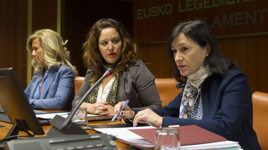 María López, en el Parlamento con la presidenta de la comisión, Larraitz Ugarte (EH Bildu)