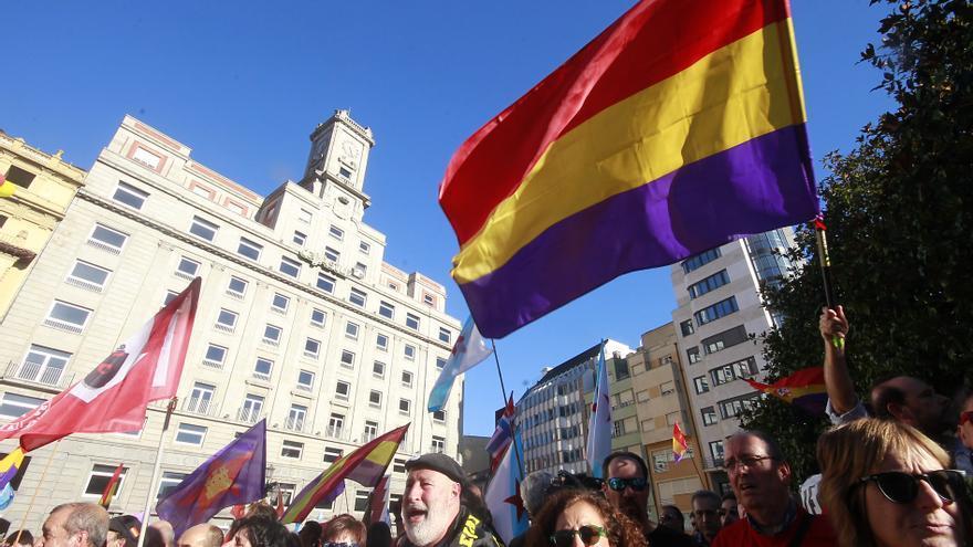 Manifestantes republicanos protestan ante la presencia de los reyes en los Premios Princesa de Asturias