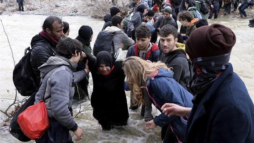 Los refugiados buscan cruzar la frontera Grecia-Macedonia
