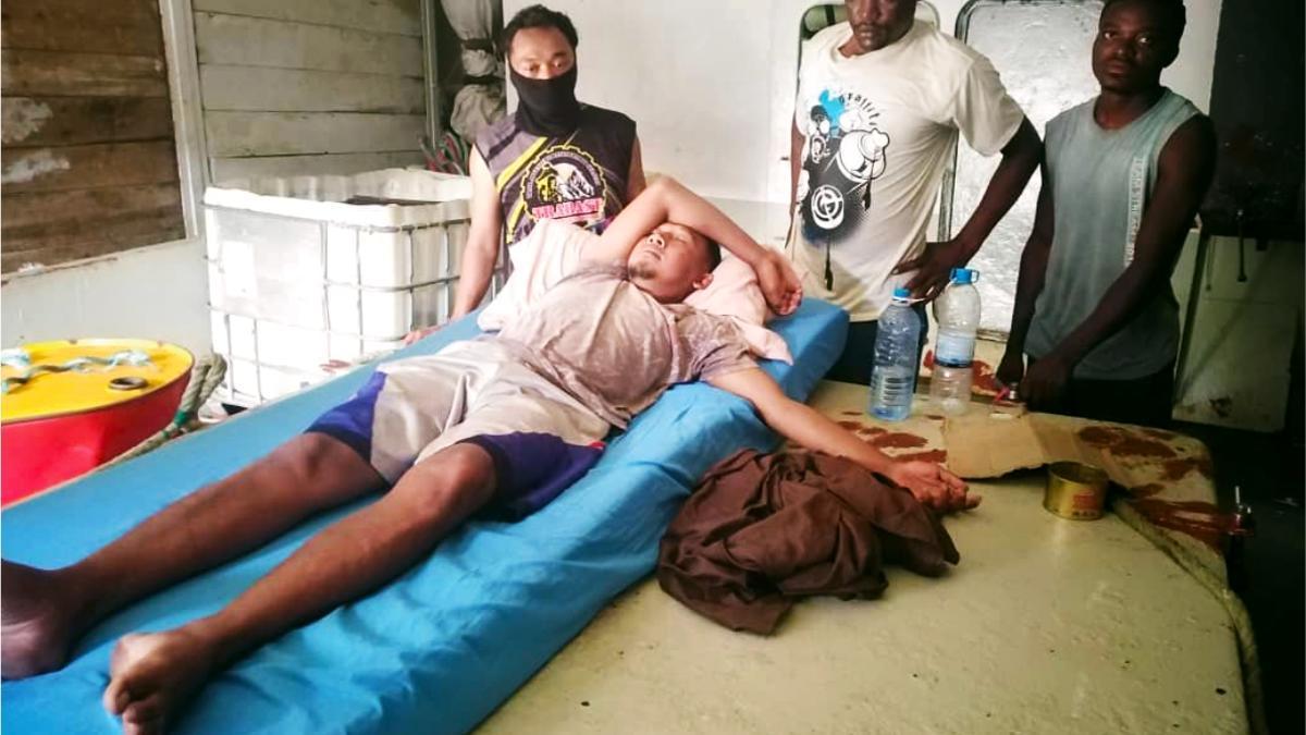 Varios de los marineros atrapados desde hace 11 meses en Yemen, con un compañero mareado