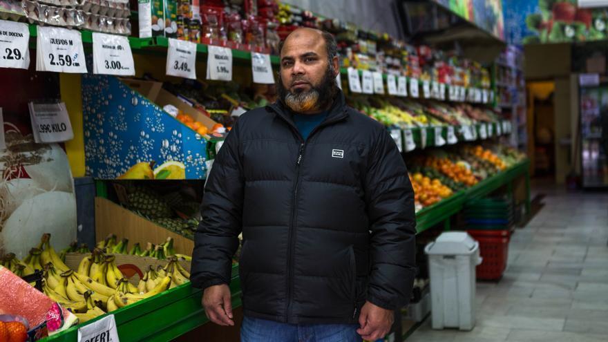 Md Shah Alam, propietario de Frutas Plaza Lavapiés, colabora en los bonos solidarios de alimentos a familias vulnerables