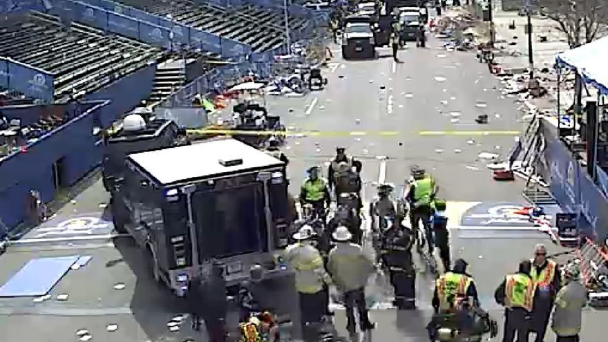La línea de meta del maratón de Boston controlada por la policía y los servicios de emergencia.