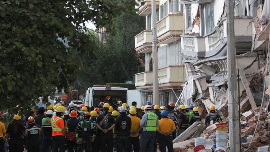 Damnificados del terremoto duermen en albergues cobijados por la solidaridad