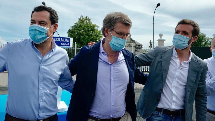 Juan Manuel Moreno Bonilla, Alberto Núñez Feijóo y Pablo Casado, en un acto de campaña.