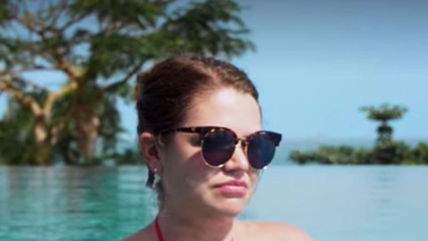 Brittany Kaiser en la piscina