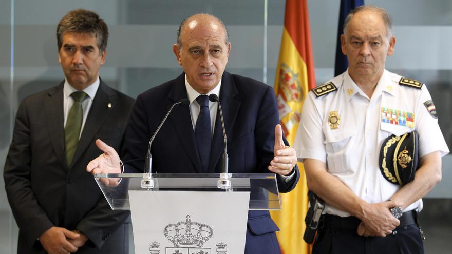 El ministro del Interior, Jorge Fernández Díaz (c), junto al director general de la Policía Nacional, Ignacio Cosidó (i), y al director adjunto operativo del cuerpo, Eugenio Pino