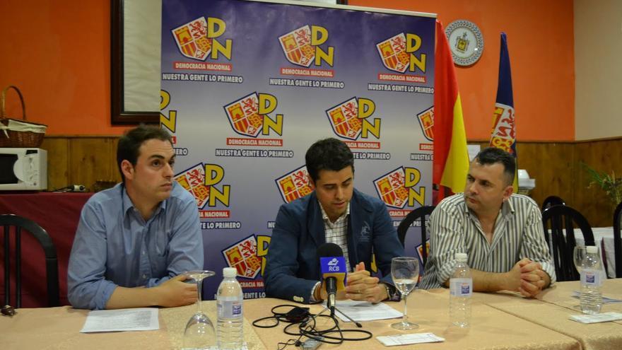Alejandro Vélez (centro) en 2011 cuando era candidato a la Alcaldía de Almendralejo por Democracia Nacional.