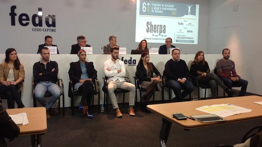Los ocho finalistas de la VI edición del programa Sherpa para emprendedores en la rueda de prensa. FOTO: Lourdes Cifuentes