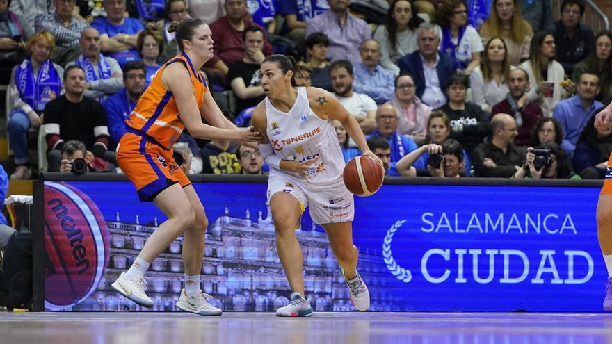 Esther Montenegro, ante una jugadora del Valencia Basket