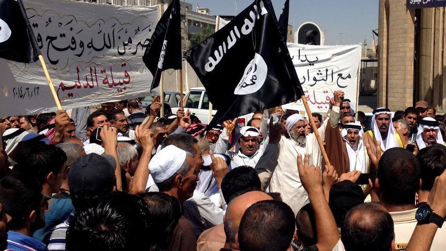 Partidarios del ISIS celebran la toma de la ciudad por los yihadistas el 16 de junio de 2014 en Mosul.