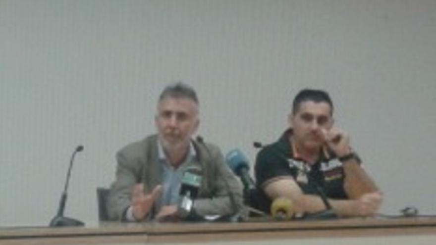 El viceprensidete del Cabildo de Gran Canaria, Ángel Víctor Torres (i) y el presidente de la Federación Insular de Lucha Canaria, José Antonio Caballero (d) durante la rueda de prensa en el Gran Canaria Arena. CANARIASAHORA.