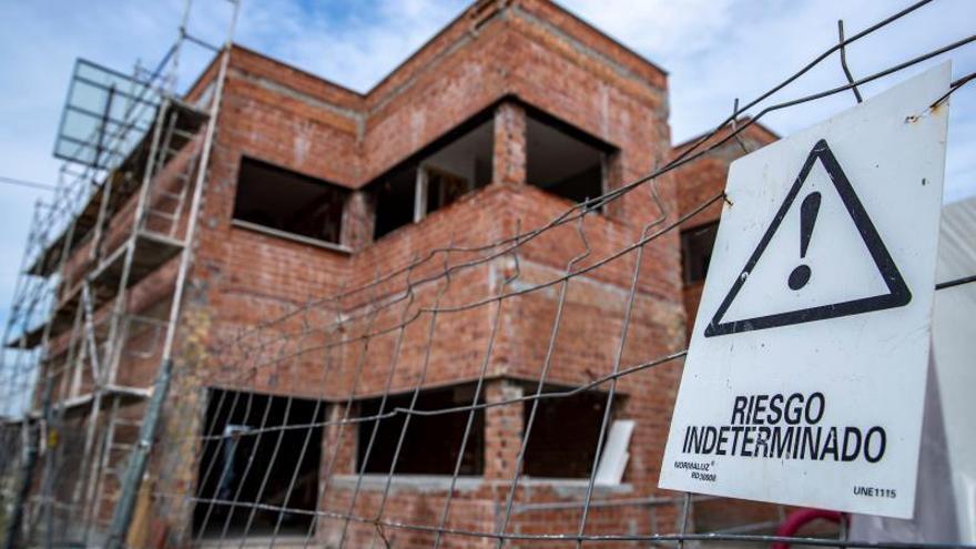 Obras de construcción de viviendas sin operarios.