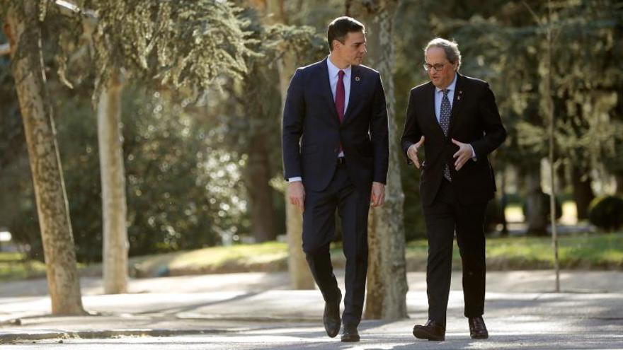 Sánchez recibe a Torra y pasen juntos hacia la Moncloa, antes del inicio de la mesa de diálogo