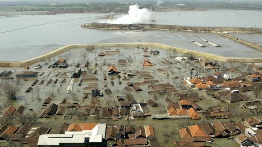 El volcán de lodo Lusi sepultó cientos de edificios en Indonesia