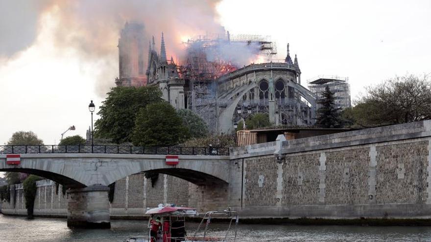 Vista desde la parte trasera de Notre-Dame durante el incendio. / EFE