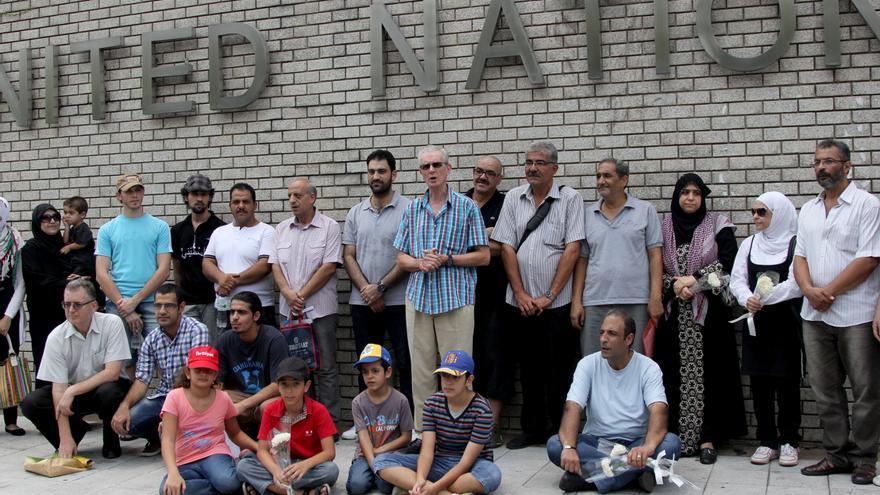 Demandantes de asilo sirios de origen palestino piden frente a la sede de Naciones Unidas que se les conceda el estatus de refugiado./ L. Villadiego