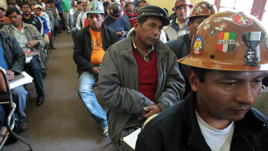 Tensión en mina disputada por mineros bolivianos en una jornada de paro parcial