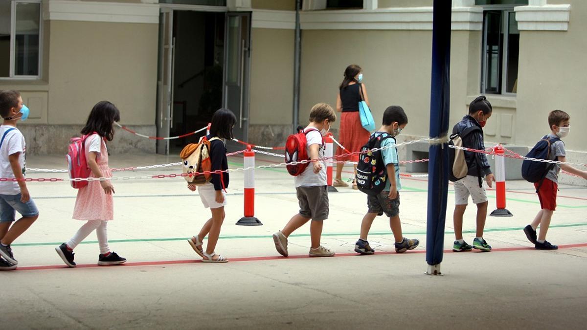 Los niños acceden acceden en fila al colegio Balmes de València en el primer día de clase.