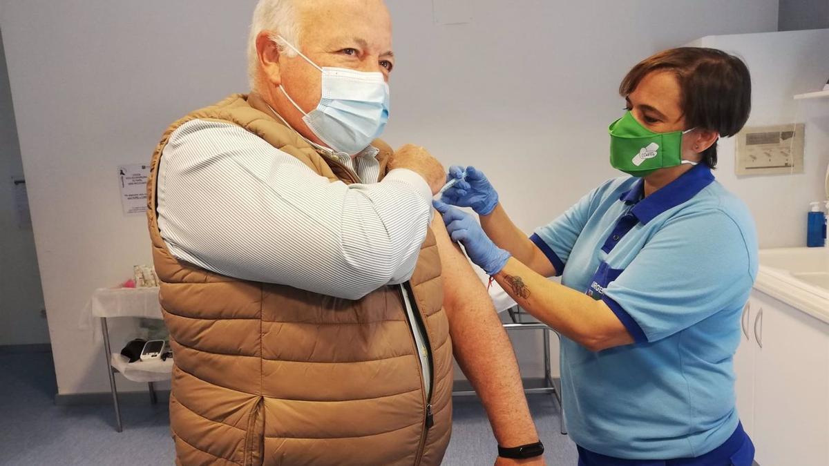 El consejero Jesús Aguirre recibiendo su primera dosis de AstraZeneca.
