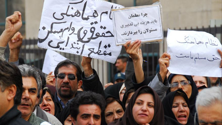 Profesores de Irán protestan por las condiciones de trabajo y salariales en frente del parlamento en Teherán, marzo de 2007. © www.kosoof.com