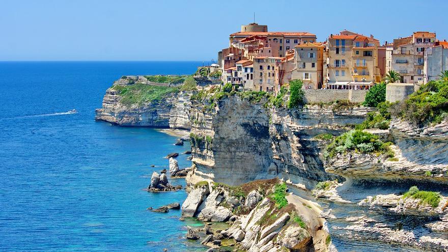 Las casas se asientan sobre las rocas que forman los cantiles de Bonifacio, al sur de Córcega. Pascal POGGI