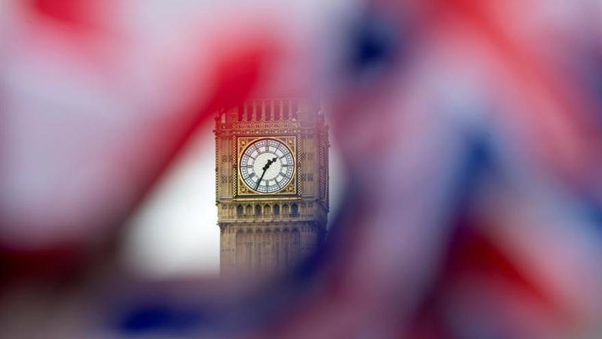 Una bandera británica frente al Big Ben, en Londres.