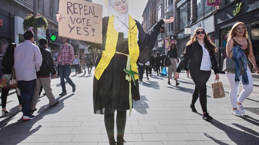 'Blessed Be the Fruit', serie ganadora del primer premio de la categoría 'Problemas contemporáneos'. Muestra a la activista por la reforma de la ley del aborto, Megan Scott, vestida como Santa Brigid, mujer patrona de Irlanda, mientras posa para una fotografía en la principal calle comercial de Dublín.