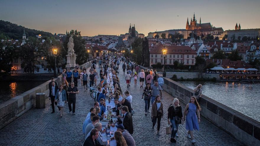 Vista de los comensales sentados en una mesa gigantesca de 515 metros de longitud y que abarca todo el icónico puente de Carlos en Praga, República Checa. La cena masiva se realizó tras la relajación de las restricciones impuestas en un intento de frenar la propagación de la pandemia COVID-19.