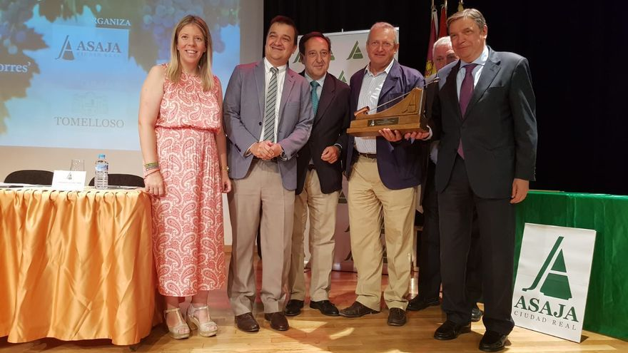El ministro Luis Planas, primero por la derecha