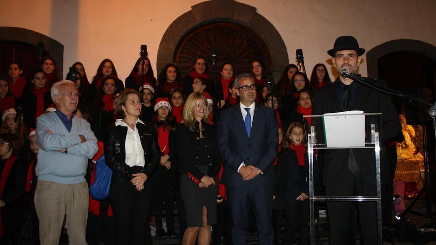 Un momento de la lectura del pregón de la Navidad, este viernes, en el atrio del Ayuntamiento de Santa Cruz de La Palma.