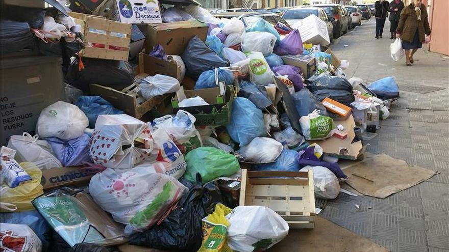 Los trabajadores votan en asamblea seguir con la huelga de basura de Sevilla