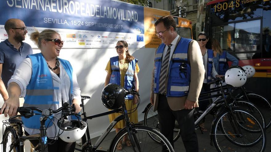 Ayuntamiento de Sevilla, el primero en unirse a la campaña que sustituye el coche oficial por bicicletas