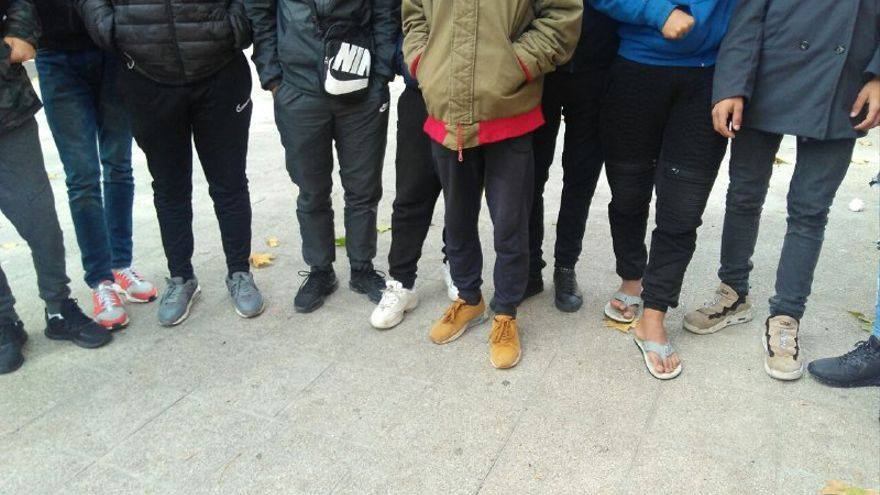 Un grupo de chicos en la puerta del centro de primer acogida de Hortaleza. / S.P