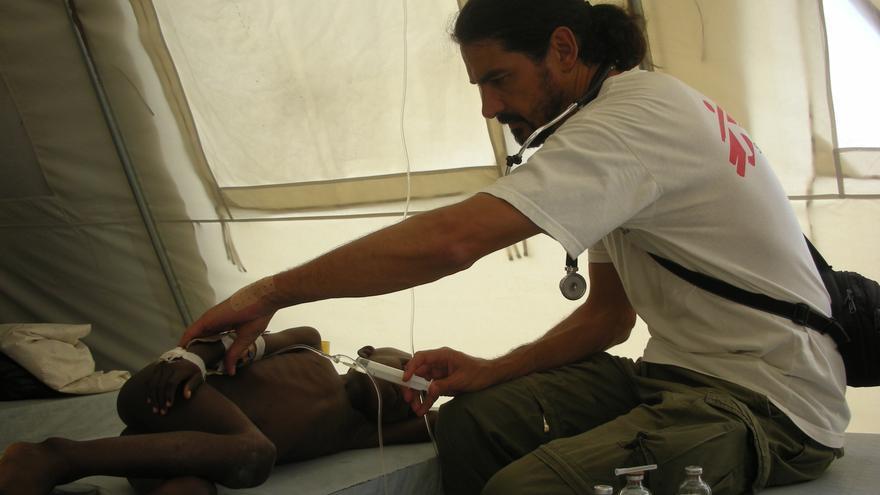 18 de diciembre de 2010. Desde que la epidemia de cólera diera comienzo, la enfermedad se ha cobrado más de 7.500 vidas y ha alcanzado alrededor de 600.000 casos conocidos (aproximadamente el 6% de la población del país). Sergio Cabral, pediatra, atiende a un chico en el centro de tratamiento de cólera de Sarthe. Fotografía: Aurelie Baumel