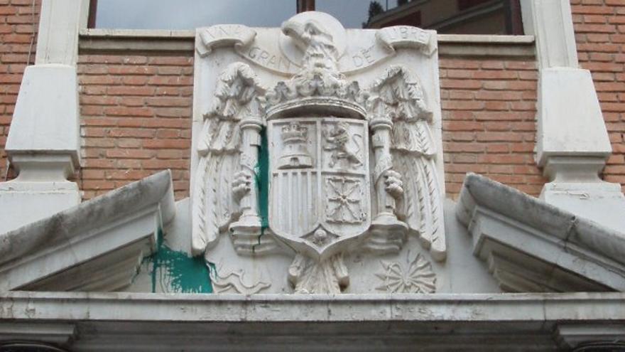 Escudo franquista en la fachada del colegio Teodoro Llorente