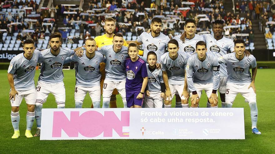 Imagen tuiteada por el Celta en la que los jugadores exhiben una pancarta de denuncia contra la violencia machista.