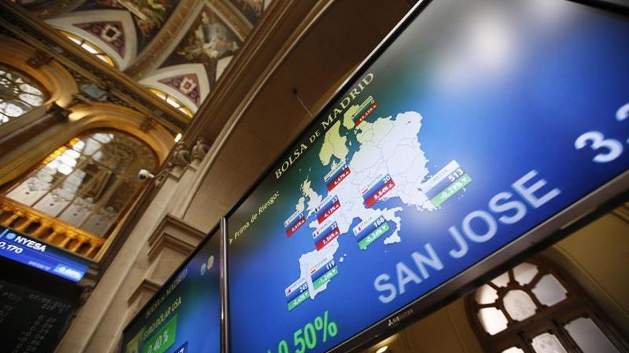 La prima de riesgo española baja a 117 puntos por la caída del bono