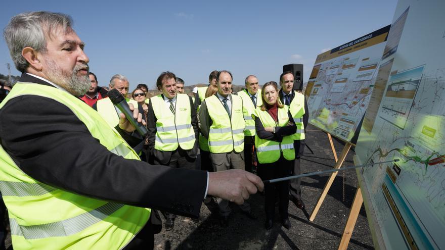La ministra Ana Pastor, acompañada por el resto de autoridades, atiende a la explicación sobre las obras de la autovía. | RAÚL LUCIO