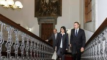 El alcalde de Las Palmas de Gran Canaria, Augusto Hidalgo (d), se reunió hoy con la presidenta del Parlamento de Canarias, Carolina Darias.