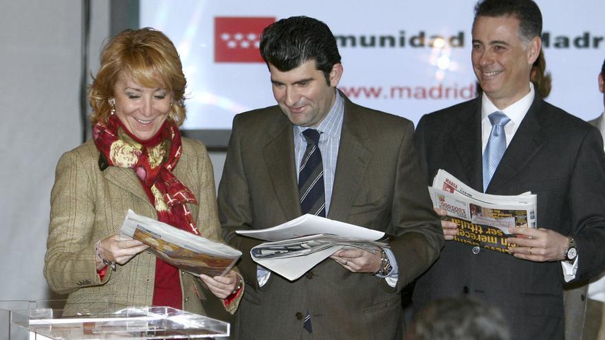 La presidenta de la Comunidad de Madrid en 2009, Esperanza Aguirre, acompañada del entonces alcalde de Alcalá de Henares, Bartolomé González (c), y el consejero de Deportes, Alberto López Viejo, colocaba la primera piedra de la Ciudad Deportiva de Espartales, en Alcalá de Henares, 6 de febrero de 2009.