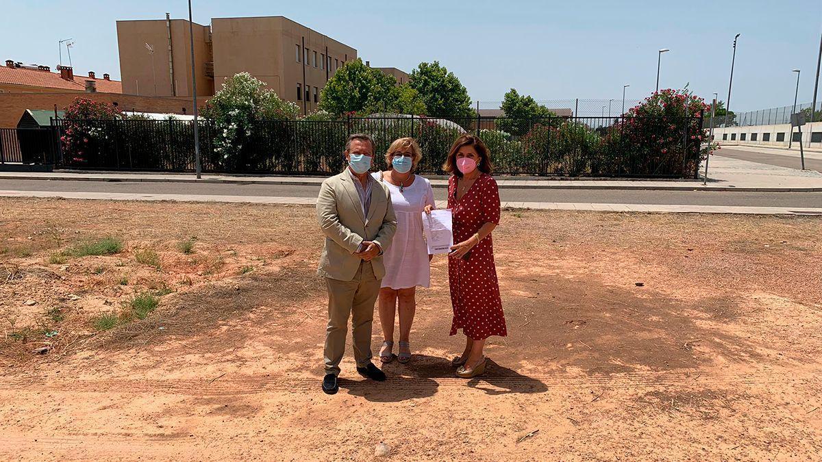 Botella (dcha) en el solar donde se construirá el nuevo centro de salud de Alcolea.