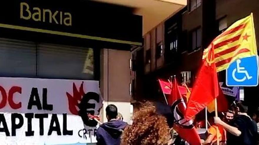 Cartel pegado en Bankia durante la manifestación del Primero de Mayo convocada por CGT en Castellón.