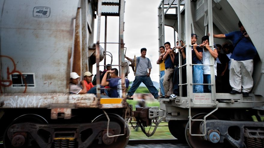 Migrantes centroamericanos se suben en marcha a trenes que unen México con Estados Unidos.