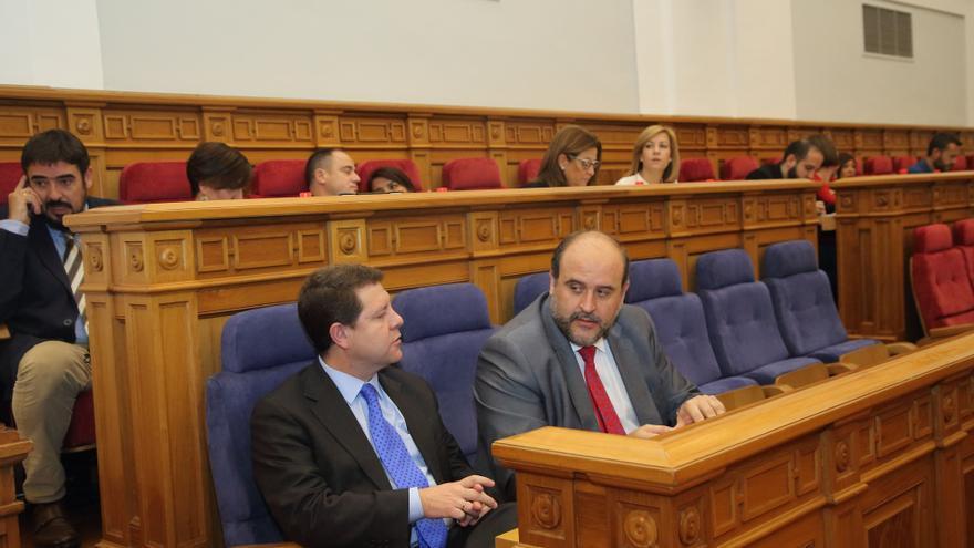 Emiliano García-Page y José Luis Martínez Guijarro en las Cortes regionales / JCCM