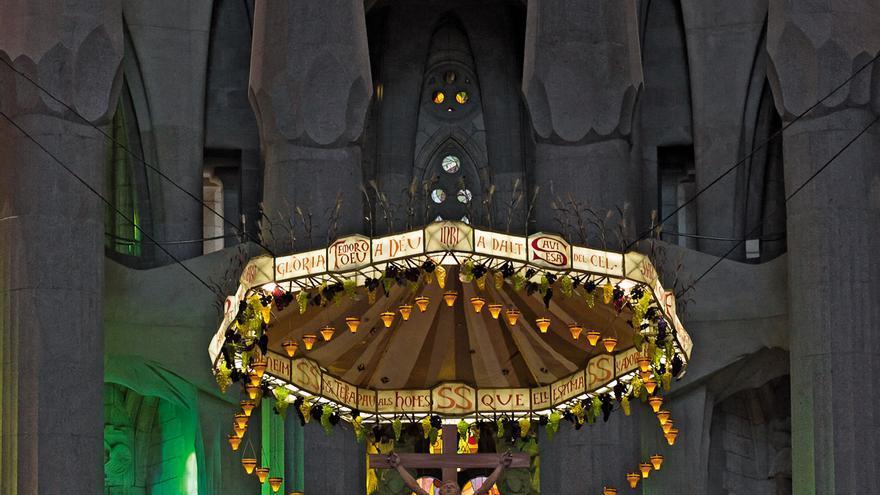 Sobre el sencillo altar cuelga el Cristo crucificado con un dosel decorado con uvas y mazorcas.