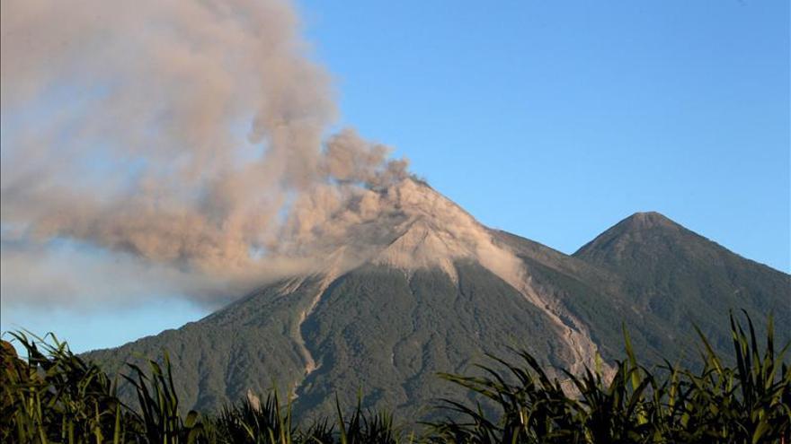 El volcán de Fuego de Guatemala inicia una nueva erupción, la décimo cuarta de 2015