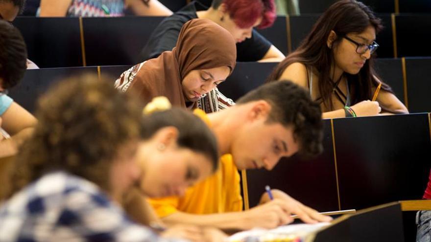 Suben al 34,4 % los graduados contratados para puestos de baja cualificación
