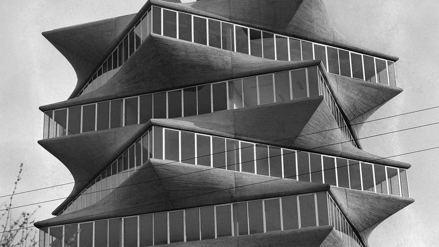 """Fachada del edificio """"La Pagoda"""", del arquitecto español Miguel Fisac, construido en el año 1965. Es una muestra del uso que hace su autor de la geometría y de las """" vigas hueso"""", tan patentes en sus obra. Durante los años 60 y 70 este edificio figuró en la exposición del MOMA (Museo de Arte Moderno de New York), como ejemplo emblemático de trabajos realizados en homigón. EFE/caa SPAIN ARCHITECTURE: MADRID, 01/10/1969"""